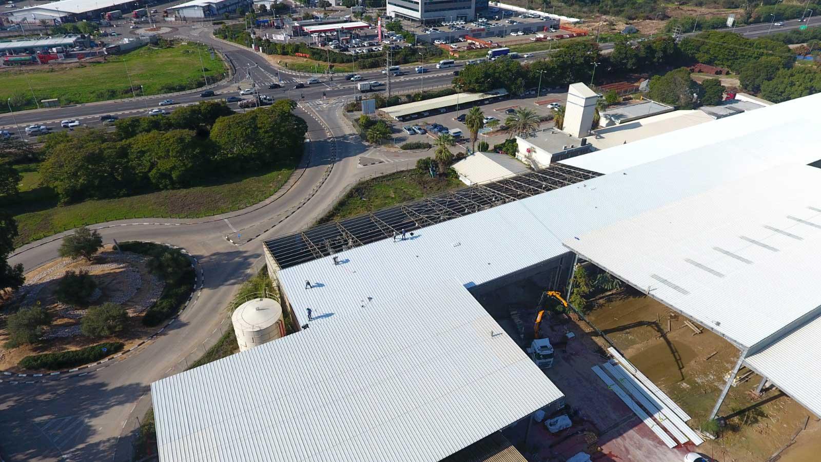 """רמלה מתחם טויוטה החלפת גגות אסבסט לאיסכורית עבור התקנת מערכות סולארית 30,000 מ""""ר"""